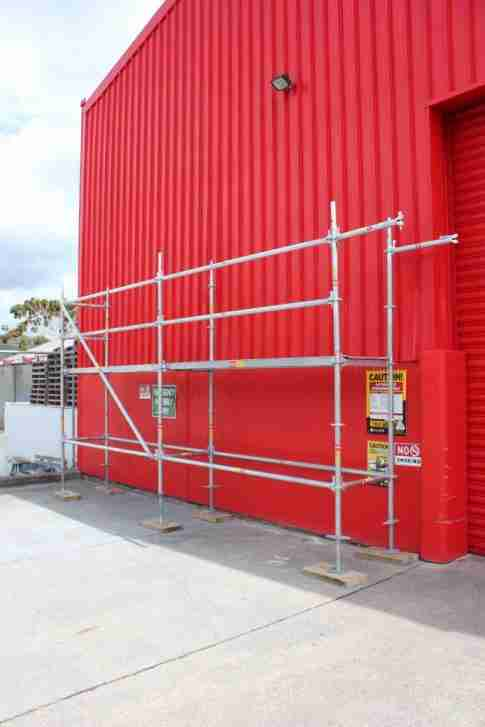 Ringlock portable scaffolding wall runner